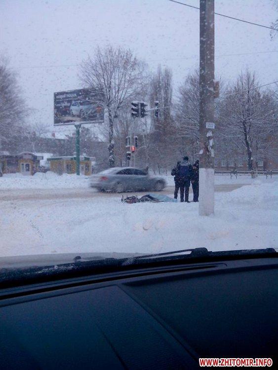 tilo cholovika 1 - На перехресті вулиць Гоголівська-Східна у Житомирі виявили мертвого велосипедиста