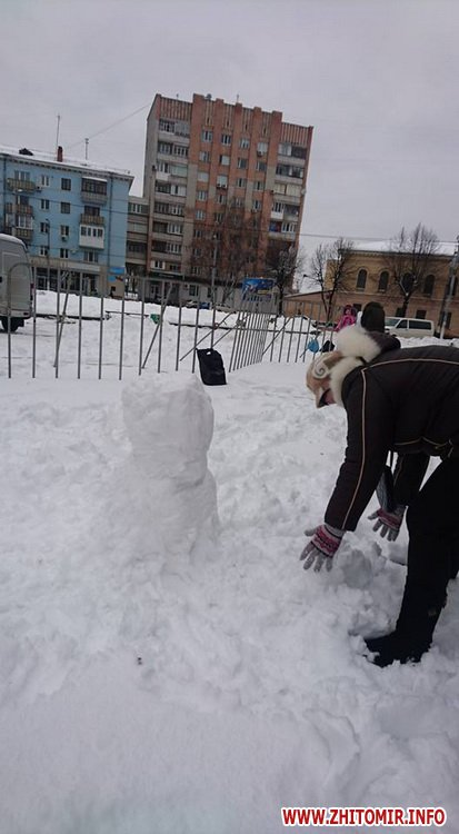 snigoviki 1 - На майдані Корольова у Житомирі відбувся сімейний конкурс на кращого сніговика