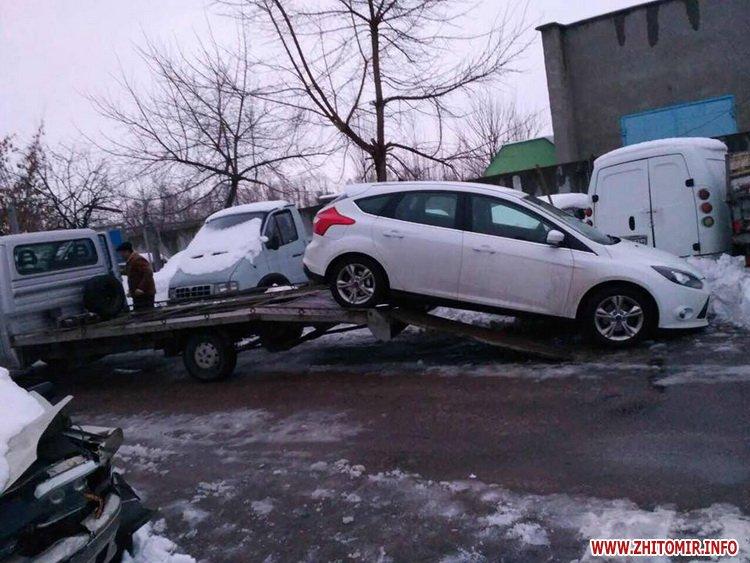 ford pe 1 - У Житомирі неправильно припаркований Ford зупинив рух трамваїв