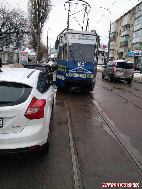 ford pe 2 - У Житомирі неправильно припаркований Ford зупинив рух трамваїв