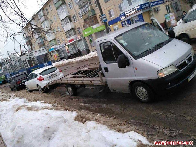ford pe 3 - У Житомирі неправильно припаркований Ford зупинив рух трамваїв