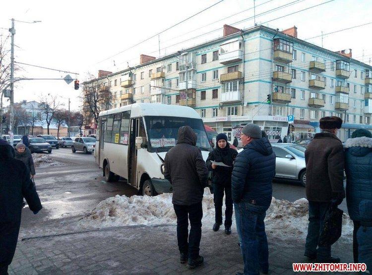 moskvuck as 1 - У Житомирі на перехресті Хлібна-Київська «Москвич» зіштовхнувся з маршруткою