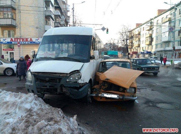 moskvuck as 2 - У Житомирі на перехресті Хлібна-Київська «Москвич» зіштовхнувся з маршруткою
