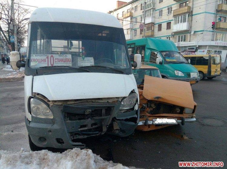moskvuck as 3 - У Житомирі на перехресті Хлібна-Київська «Москвич» зіштовхнувся з маршруткою
