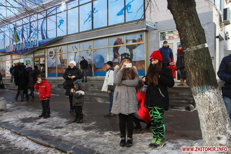 lancyg 200117 09 - «Ланцюг єдності» у Житомирі з державними прапорами та військовим оркестром. Фоторепортаж