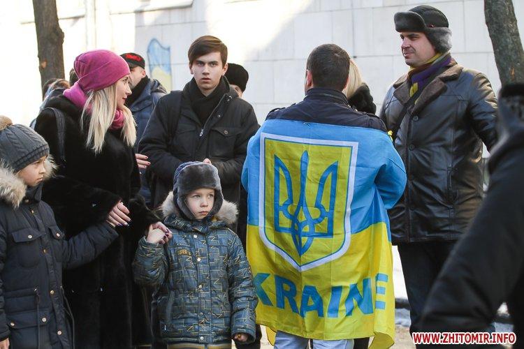 lancyg 200117 17 - «Ланцюг єдності» у Житомирі з державними прапорами та військовим оркестром. Фоторепортаж
