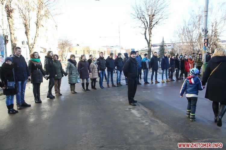 lancyg 200117 49 - «Ланцюг єдності» у Житомирі з державними прапорами та військовим оркестром. Фоторепортаж