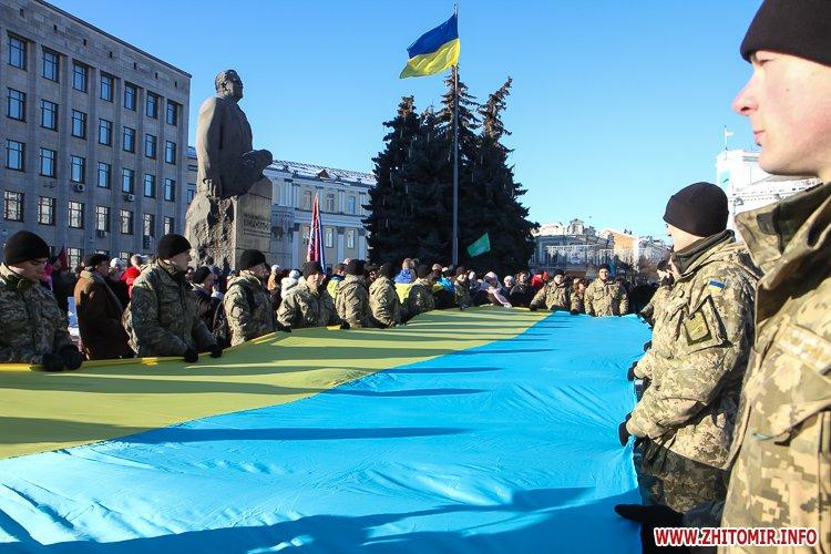 lancyg 200117 50 - «Ланцюг єдності» у Житомирі з державними прапорами та військовим оркестром. Фоторепортаж