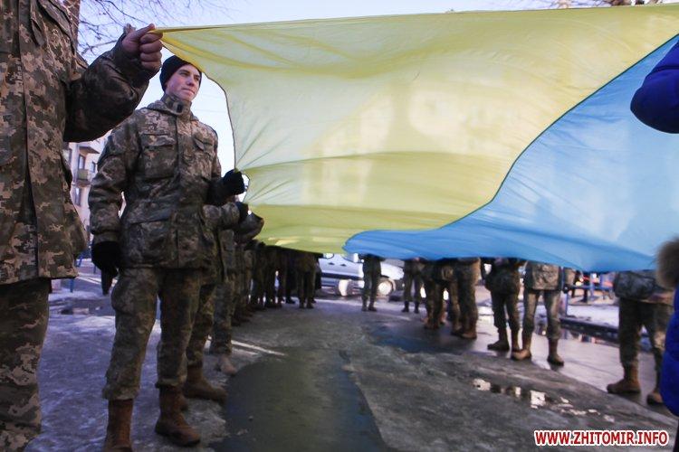 onovleno lanc 01 - «Ланцюг єдності» у Житомирі з державними прапорами та військовим оркестром. Фоторепортаж