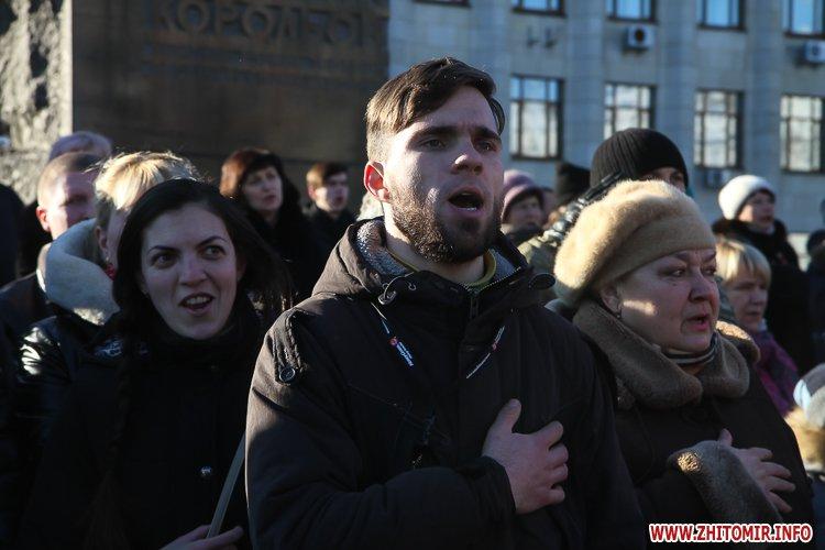 onovleno lanc 39 - «Ланцюг єдності» у Житомирі з державними прапорами та військовим оркестром. Фоторепортаж