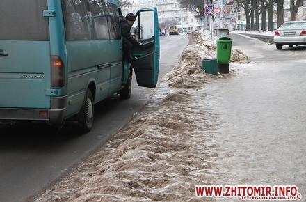 2017 01 24chErn 3 w440 h290 - Слизькі та неприбрані зупинки громадського транспорту в Житомирі. Фоторепортаж