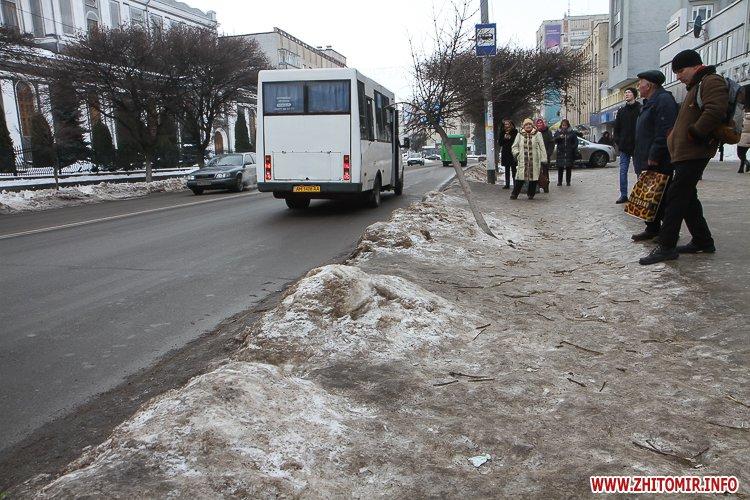 cIevs 1 - Слизькі та неприбрані зупинки громадського транспорту в Житомирі. Фоторепортаж