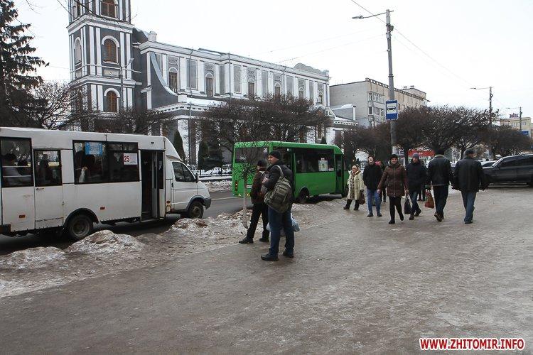 cIevs 3 - Слизькі та неприбрані зупинки громадського транспорту в Житомирі. Фоторепортаж
