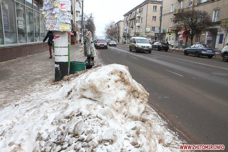 chErn 5 - Слизькі та неприбрані зупинки громадського транспорту в Житомирі. Фоторепортаж