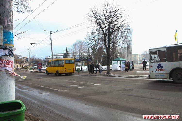 m Ruda 7 - Слизькі та неприбрані зупинки громадського транспорту в Житомирі. Фоторепортаж