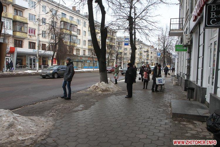 mehAl 1 - Слизькі та неприбрані зупинки громадського транспорту в Житомирі. Фоторепортаж