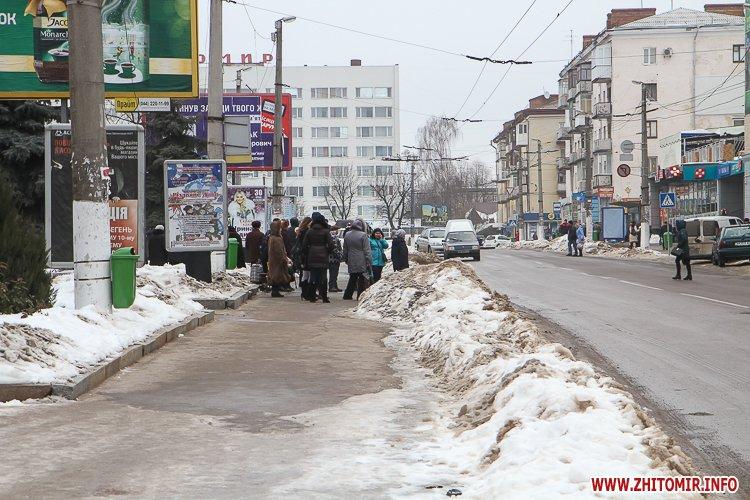 mol moda 01 - Слизькі та неприбрані зупинки громадського транспорту в Житомирі. Фоторепортаж