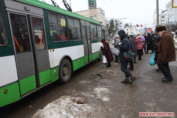 mol moda 05 - Слизькі та неприбрані зупинки громадського транспорту в Житомирі. Фоторепортаж