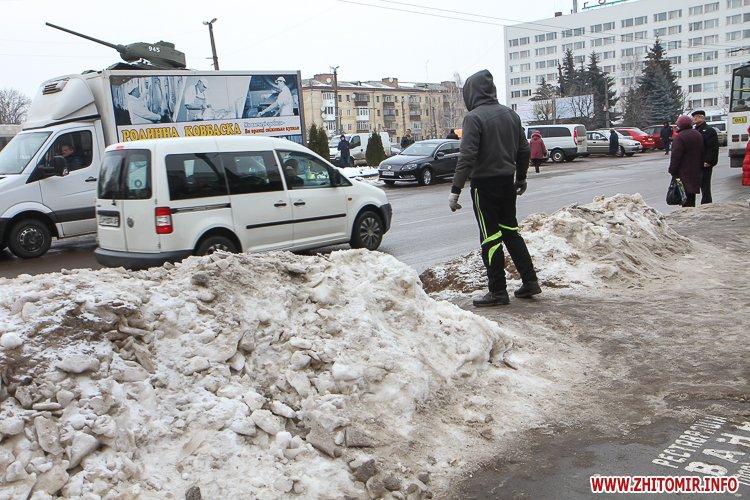 mol moda 10 - Слизькі та неприбрані зупинки громадського транспорту в Житомирі. Фоторепортаж