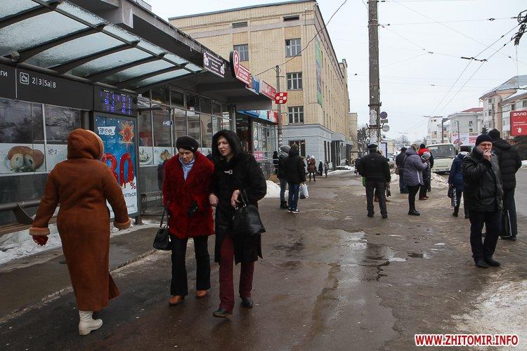 mol moda 12 - Слизькі та неприбрані зупинки громадського транспорту в Житомирі. Фоторепортаж
