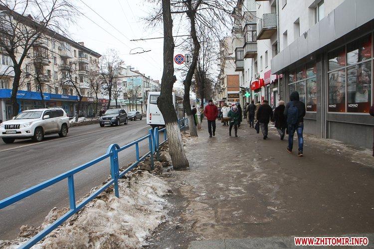 napr gum 2 - Слизькі та неприбрані зупинки громадського транспорту в Житомирі. Фоторепортаж