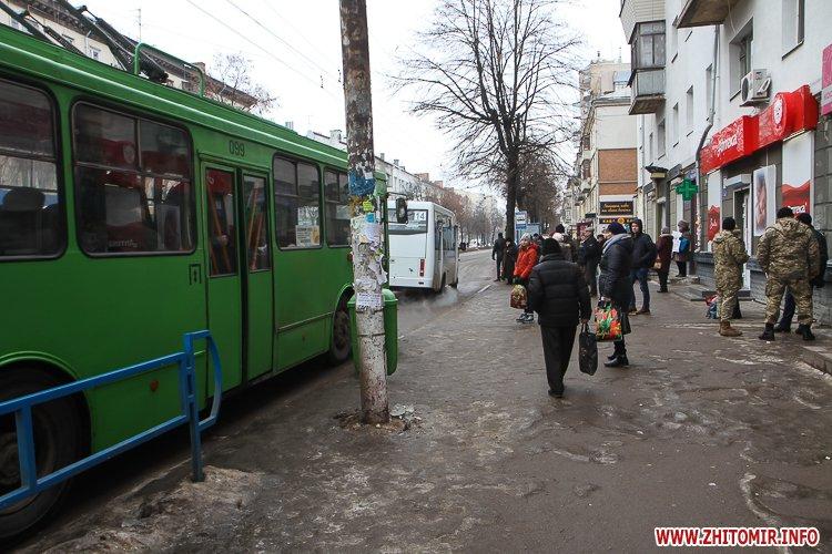 napr gum 3 - Слизькі та неприбрані зупинки громадського транспорту в Житомирі. Фоторепортаж