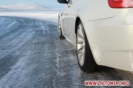 2017 01 25gololed mashina w440 h290 - У Житомирську область повертаються морози, через ожеледицю водіям радять утриматися від поїздок на авто