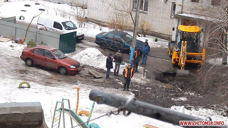 kakaHi 3 - Після ремонту водогону вантажівка Житомирського водоканалу спорожнилася біля дитячого майданчика