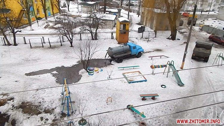 kakaHi 4 - Після ремонту водогону вантажівка Житомирського водоканалу спорожнилася біля дитячого майданчика