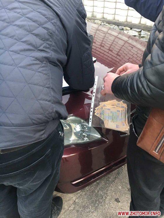 bhjesdfolstfhb - У житомирському парку слідчі прокуратури із СБУ затримали заступника керівника комунального підприємства під час отримання хабара