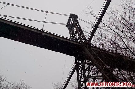 2017 04 17s mosta 3 w440 h290 - У житомирському парку хотіла накласти на себе руки дівчина, мати якої 2 роки тому вчинила самогубство на підвісному мосту