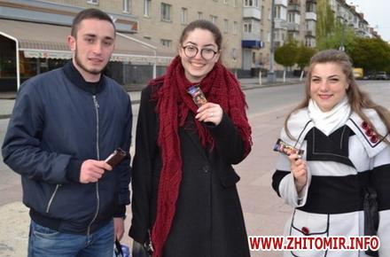 2017 04 21uyRicti 7 w440 h290 - У центрі Житомира перехожих частували цукерками за знання законодавства