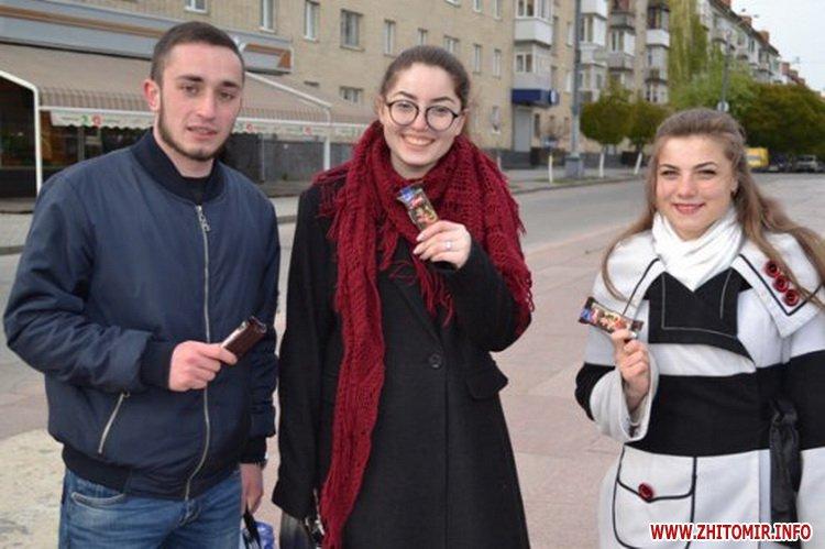 uyRicti 7 - У центрі Житомира перехожих частували цукерками за знання законодавства