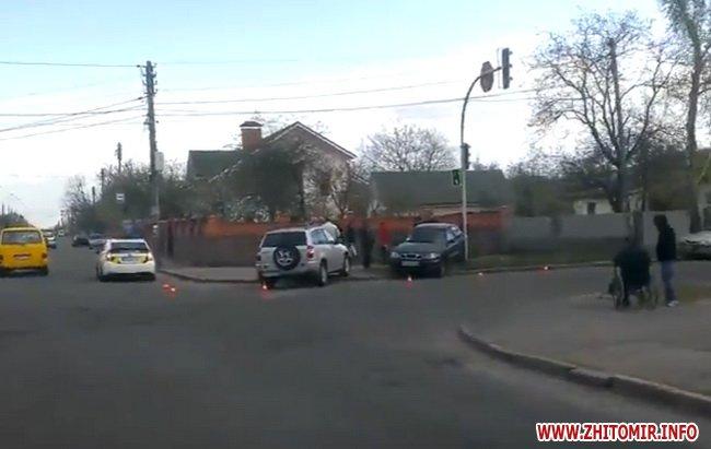 dptghak 1 - На перехресті в Житомирі зіштовхнулися Chery та Lanos: обидва авто викинуло на тротуар
