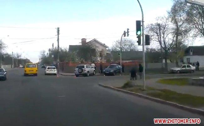 dptghak 2 - На перехресті в Житомирі зіштовхнулися Chery та Lanos: обидва авто викинуло на тротуар