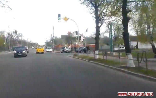 dptghak 5 - На перехресті в Житомирі зіштовхнулися Chery та Lanos: обидва авто викинуло на тротуар