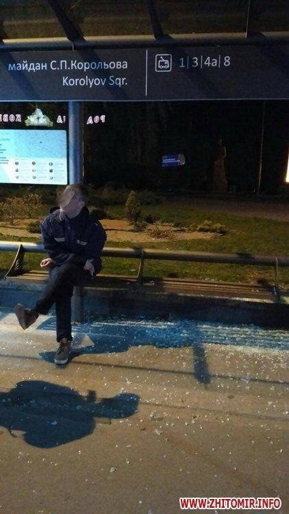 Koroleva zypinka 1 - Житомирські патрульні затримали п'яного чоловіка, який на майдані Корольова розбив скло на зупинці