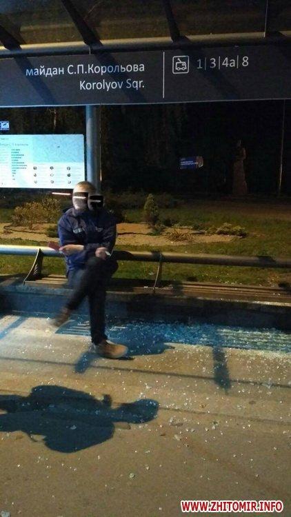 Koroleva zypinka 2 - Житомирські патрульні затримали п'яного чоловіка, який на майдані Корольова розбив скло на зупинці