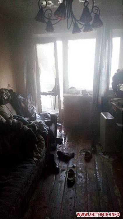 20170426balkon 1 - На Богунії у Житомирі рятувальники гасили пожежу на балконі багатоповерхівки