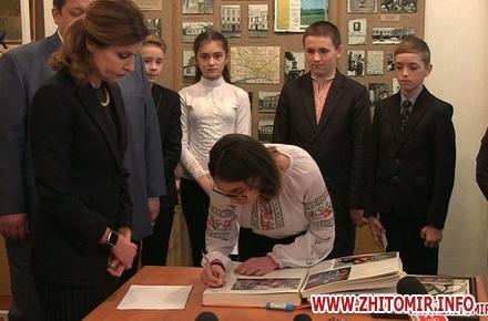 2017 04 07MarinaP licej 03 w440 h290 - Марина Порошенко привезла у Житомир «Книгу Миру», а донька військового прочитала їй свій вірш-молитву