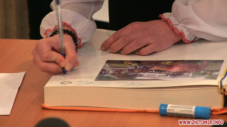 MarinaP licej 04 - Марина Порошенко привезла у Житомир «Книгу Миру», а донька військового прочитала їй свій вірш-молитву