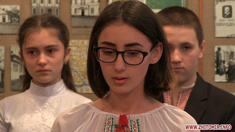 MarinaP licej 05 - Марина Порошенко привезла у Житомир «Книгу Миру», а донька військового прочитала їй свій вірш-молитву
