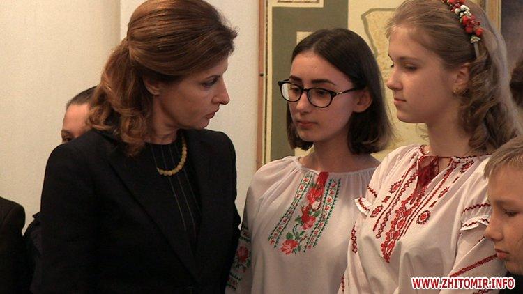 MarinaP licej 06 - Марина Порошенко привезла у Житомир «Книгу Миру», а донька військового прочитала їй свій вірш-молитву