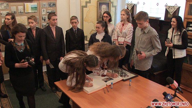 MarinaP licej 07 - Марина Порошенко привезла у Житомир «Книгу Миру», а донька військового прочитала їй свій вірш-молитву