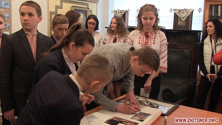 MarinaP licej 08 - Марина Порошенко привезла у Житомир «Книгу Миру», а донька військового прочитала їй свій вірш-молитву