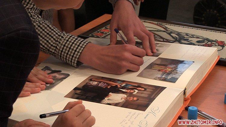 MarinaP licej 09 - Марина Порошенко привезла у Житомир «Книгу Миру», а донька військового прочитала їй свій вірш-молитву