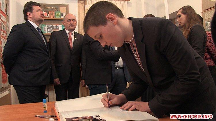 MarinaP licej 10 - Марина Порошенко привезла у Житомир «Книгу Миру», а донька військового прочитала їй свій вірш-молитву