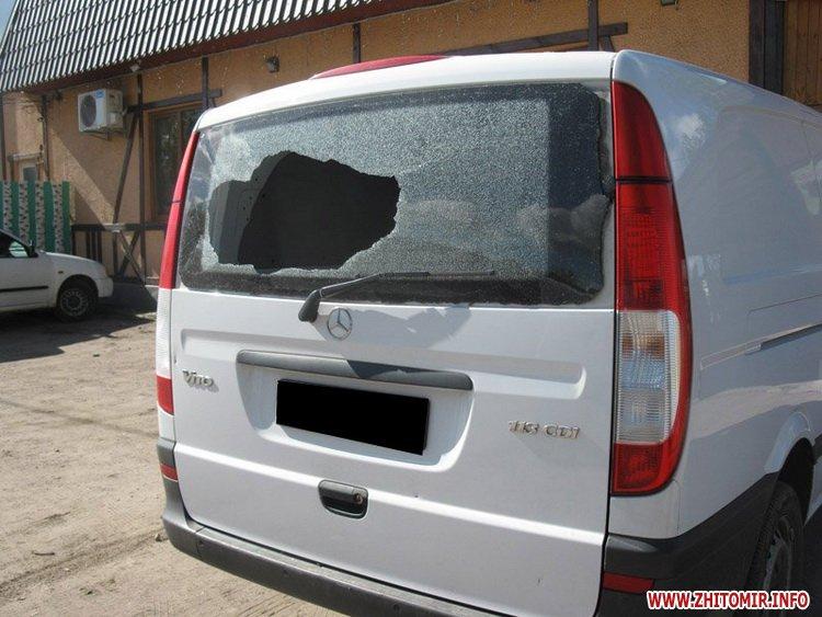 zabCl 4 - За ніч невідомі розбили вітрини в трьох бердичівських закладах торгівлі та пошкодили два авто