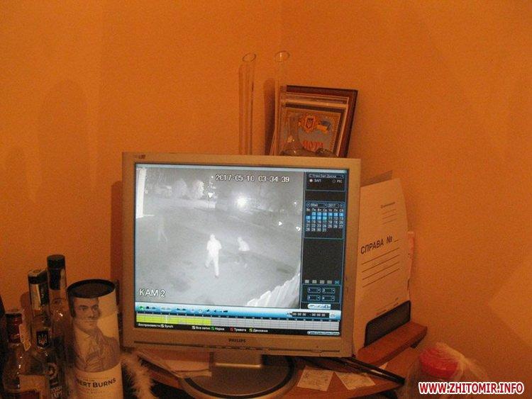 zabCl 5 - За ніч невідомі розбили вітрини в трьох бердичівських закладах торгівлі та пошкодили два авто
