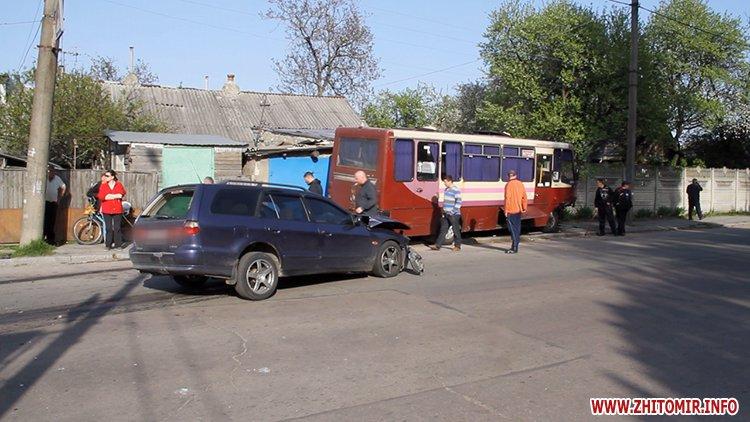 marsh tak 2 - На перехресті у Житомирі від удару з Mitsubishi маршрутка в'їхала в паркан